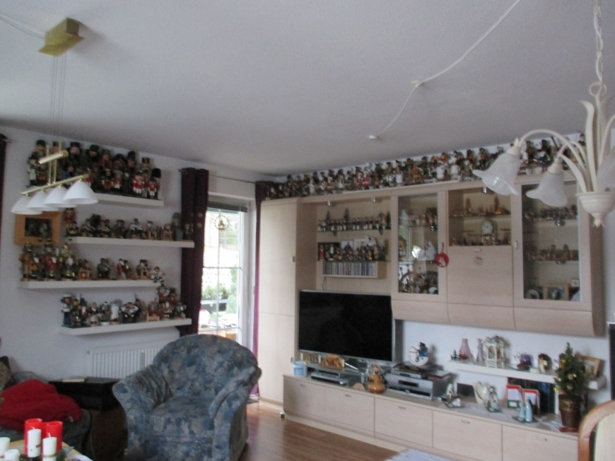 This family has 325 Räuchermannern. Gasp! If you lit them all at once, we would surely die.