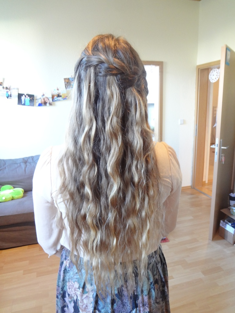 mermaid hair! I was remenescing (spell check) about the good ol' days of swimming with the Mermaids of The Great Salt Lake and decided to do Mermaid hair in honor of them. And in honor of my dear friend Hannah who took their photos. She is going into the MTC this week!