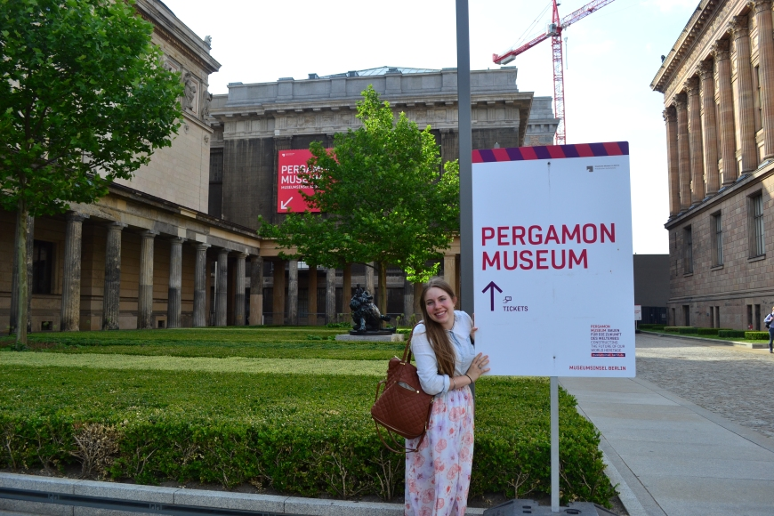 what defines a good friend? one that let's you go to the Pergamon museum on P-day!